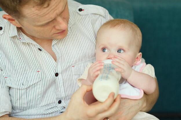 nourrir bébé position verticale