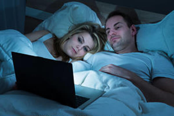 regarder télé le soir dans son lit