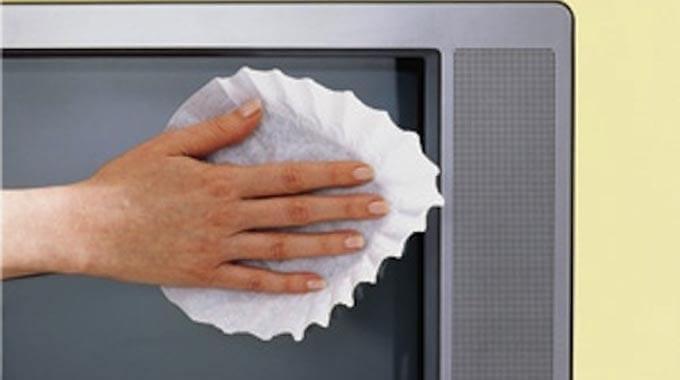un filtre à café utilisé pour nettoyer l'écran de la télé