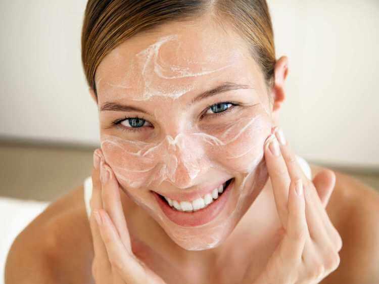 femme avec masque anti points noirs au bicarbonate de soude