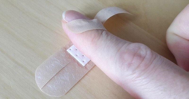 pansement coupé sur le doigt