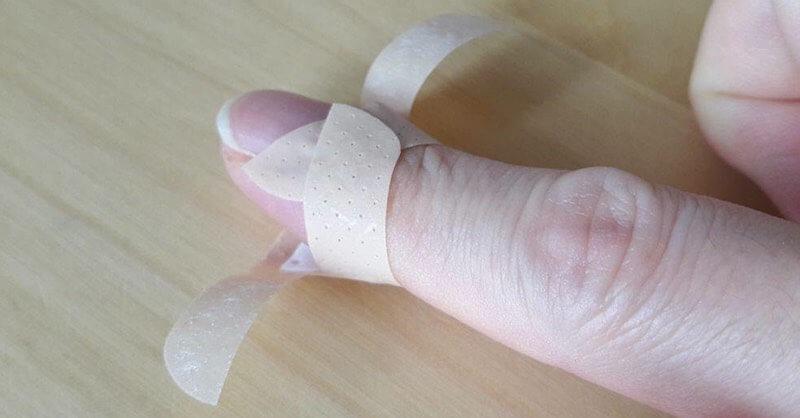 pansement coupé mis sur le doigt