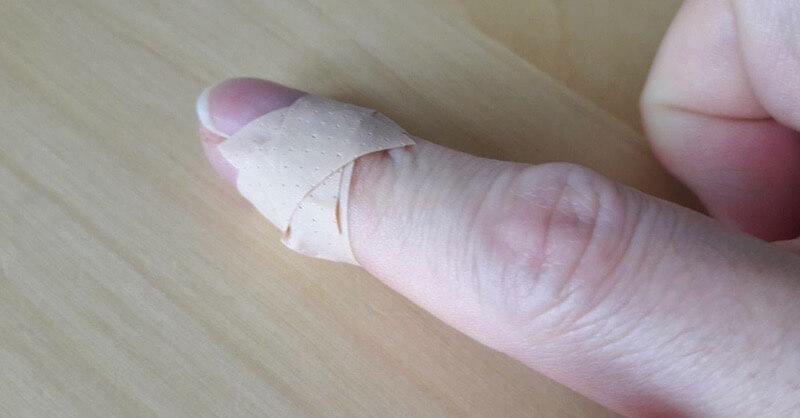 pansement coupé enroulé sur le doigt