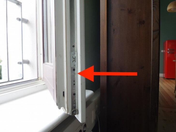 une fenêtre à double vitrage avec une flèche rouge