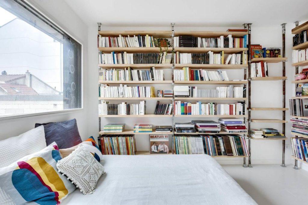 Chambre avec bibliothèque murale