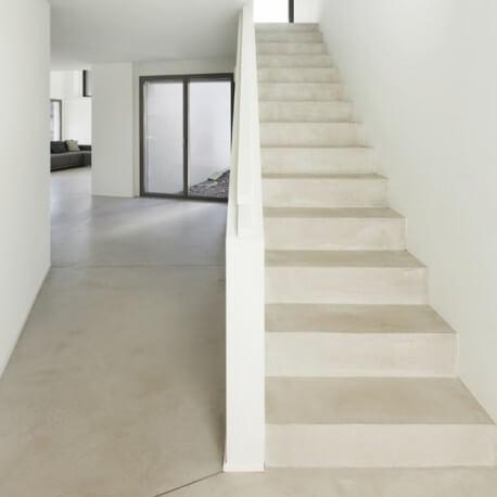 sol et escalier en béton ciré blanc cassé