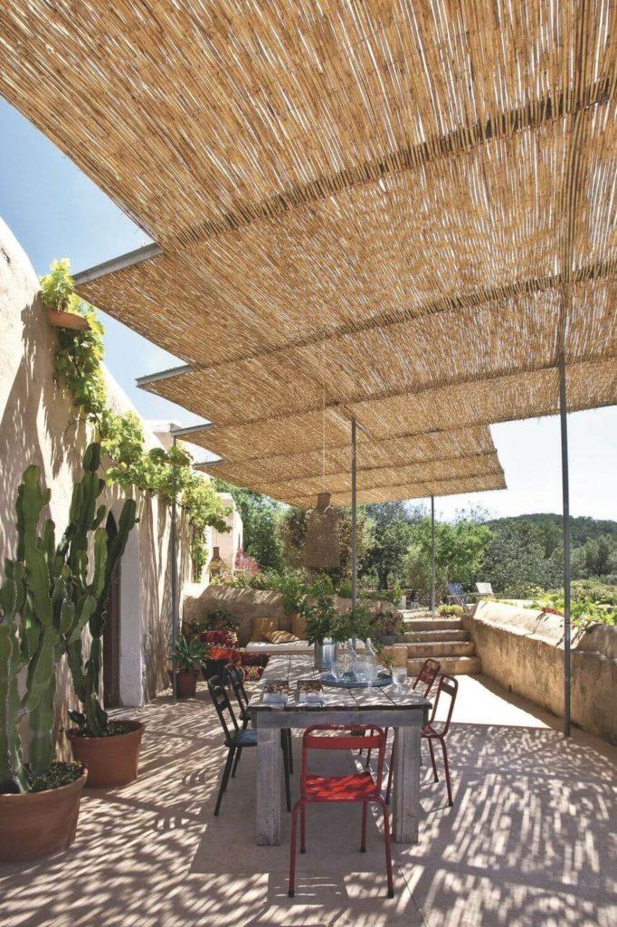 pergola-et-son-toit-bambou