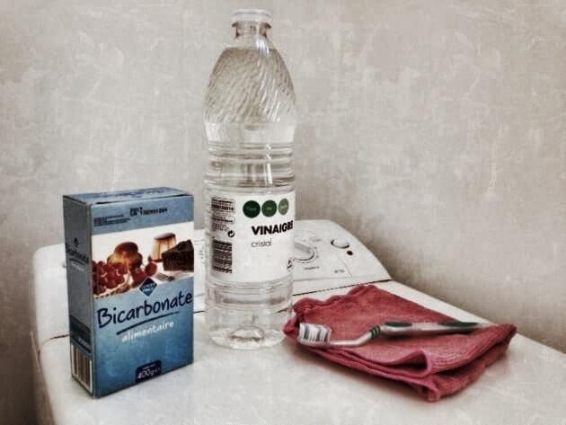bicarbonate-vinaigre-blanc-et-brosse-à-dents